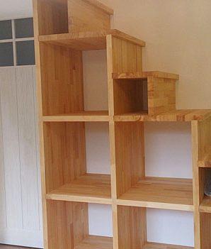 中2階に上がる階段は小物置きにもなる造作階段にしました