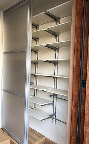 造作シューズBOXの中は、すべて移動可能な棚に。ハンガーパイプも設け笠や縄跳びなどもひっかけ収納可能でとても便利。