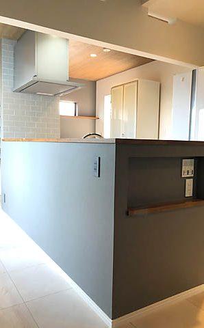 キッチン廻りはクロスでアクセントを入れ大人な雰囲気に。床にサンゲツのフロアタイルを使用。使い勝手・インテリア共に抜群のキッチンに。