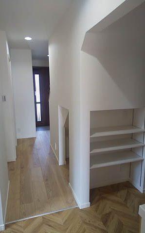 洗面台後ろに、階段下を利用した可動棚を造作。その中にこっそりコンセント。
