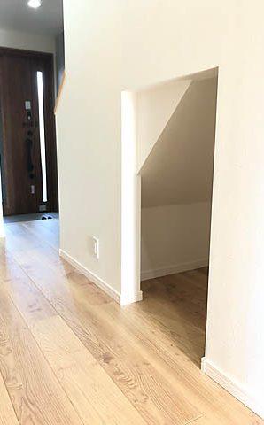 階段下の余りは掃除機などの収納スペースに。あえて扉を付けず、出し入れしやすくしました。